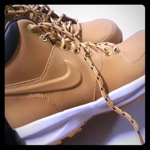 Nike manoas size 5 men